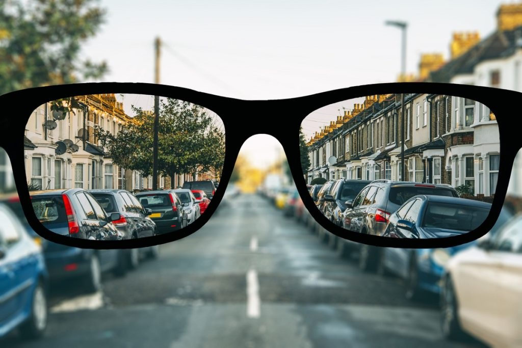 eye-glasses-looking-at-street-in-london-nearsightedness